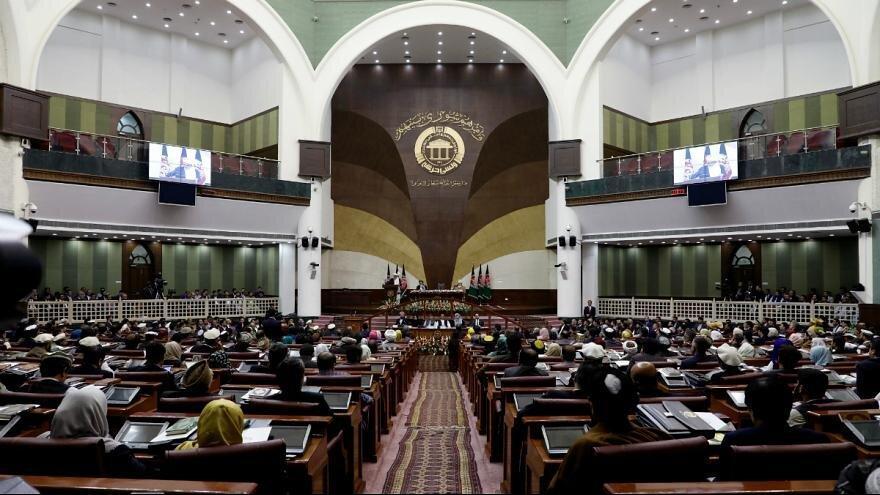 تنش در مجلس افغانستان ، نمایندگان مانع از برگزاری جلسه به ریاست رحمانی شدند