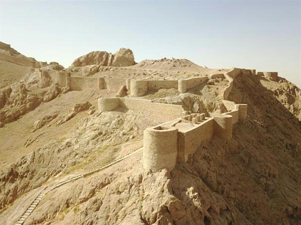 مرمت و نورپردازی بخشی از قلعه کوه قاین در خراسان جنوبی