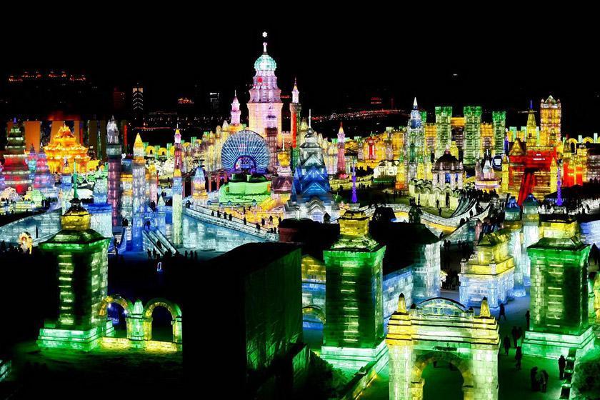 فستیوال مجسمه های یخی در شهر مملو از نورهای رنگارنگ چین