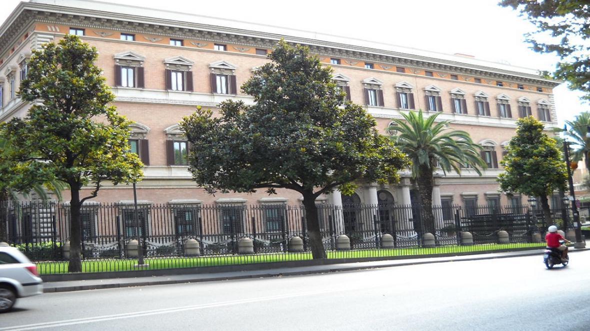 تعلیق فعالیت صد ها سفارت خانه آمریکا در سراسر جهان