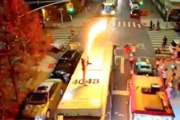 شیرین کاری خواننده معروف روی سقف اتوبوس کار دستش داد!